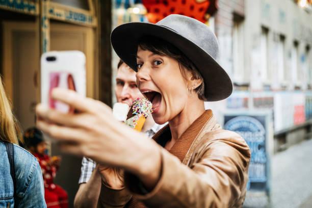 turist tar selfie medan easting en glass - berlin city bildbanksfoton och bilder