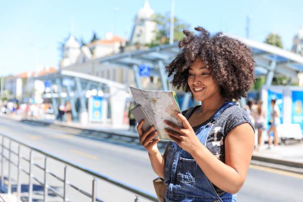 tourist mit einer karte am busbahnhof - geführtes lesen stock-fotos und bilder