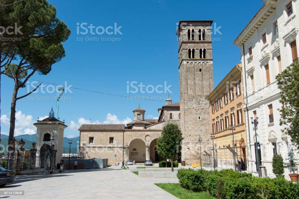 イタリアラツィオ州リエーティの観光ビュー聖メアリー大聖堂の鐘塔 ...