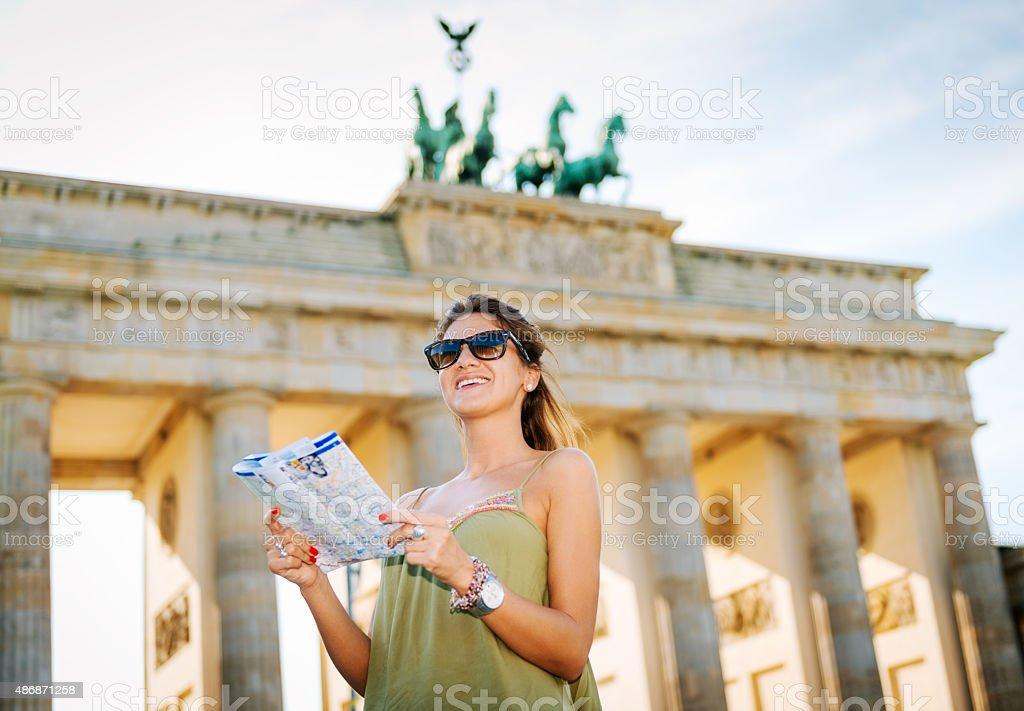Touristen mit Karte zu Sehenswürdigkeiten in der Nähe des Brandenburger Tors in Berlin – Foto