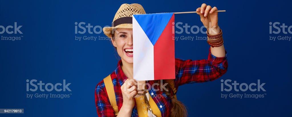mujer turista contra fondo azul con bandera de Checa - foto de stock