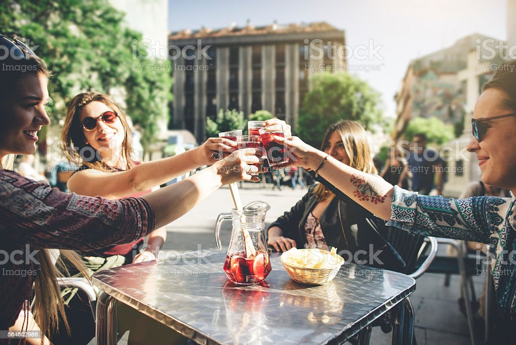 Tourist woman drinking cocktails in Madrid – Foto