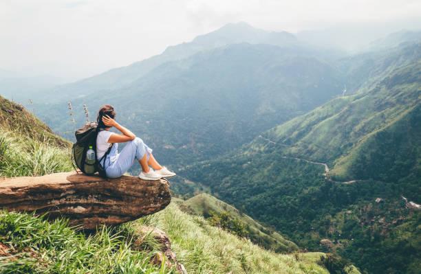 Mujer turista disfrutar con hermosa vista de las montañas en Ella, Sri Lanka, Little Adam Peak - foto de stock