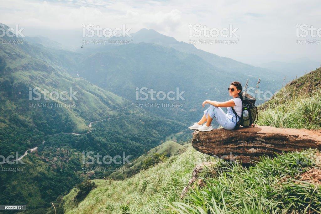 Touristischen Frau zu genießen, mit schöner Aussicht auf die Berge in Ella, Sri Lanka – Foto