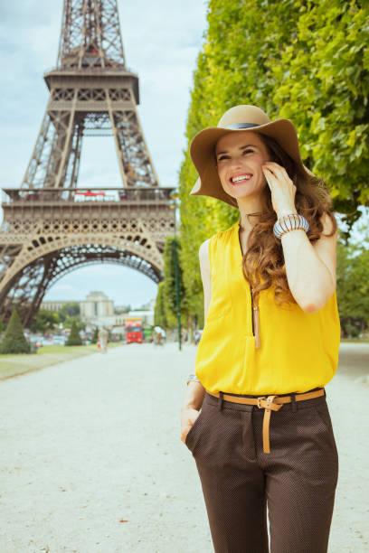 Touristenfrau vor Eiffelturm im Gespräch auf Smartphone – Foto
