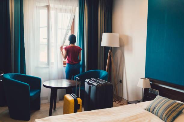 toeristische vrouw in luxe hotel - raam bezoek stockfoto's en -beelden
