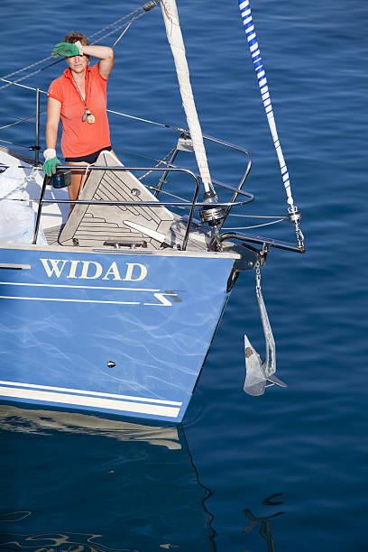 tourist frau auf blue sail boat - segelhandschuhe stock-fotos und bilder