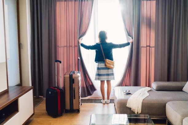 toeristische vrouw verblijft in luxehotel - raam bezoek stockfoto's en -beelden
