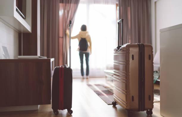 turystka przebywa w luksusowym hotelu - hotel zdjęcia i obrazy z banku zdjęć