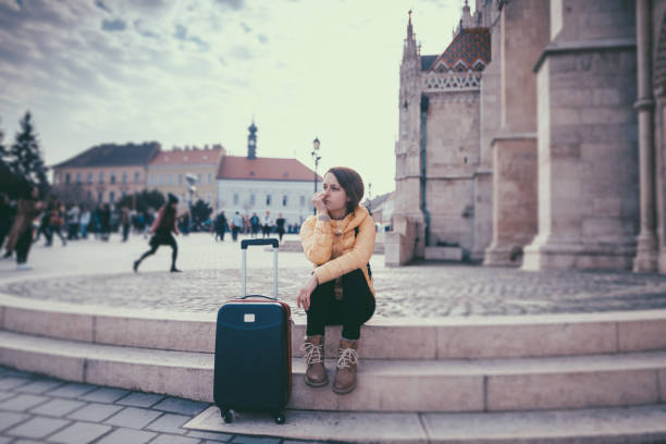 tourist woman traveling in europe - donna valigia solitudine foto e immagini stock