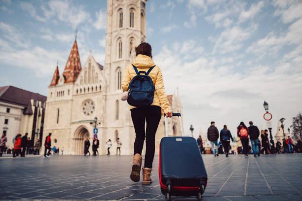 ブダペストでの個人旅行のツーリストの女性 - マーチャーシュ教会 ストックフォトと画像
