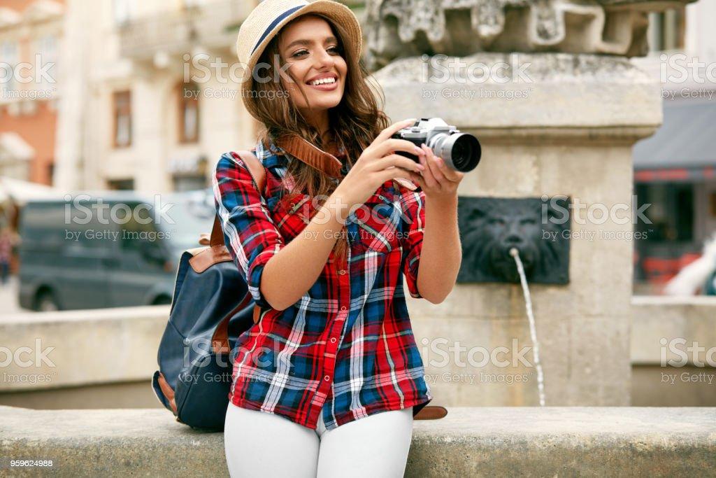 Mujer turista con cámara tomando fotos de magnífica ubicación - Foto de stock de Adulto libre de derechos