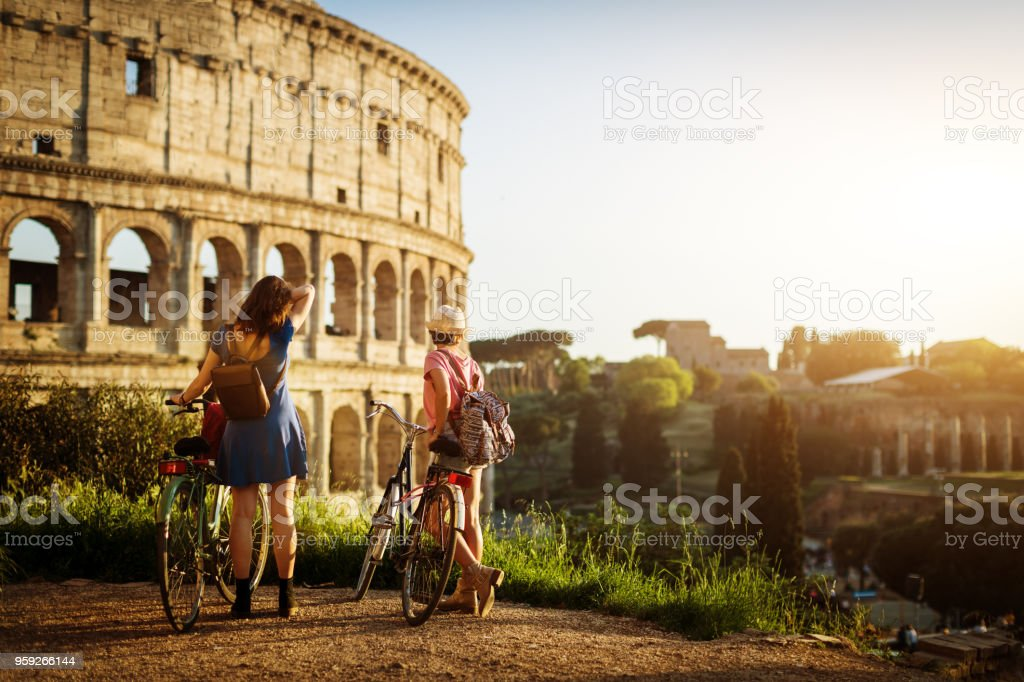 Touristischen Frauen in Rom: durch das Kolosseum – Foto