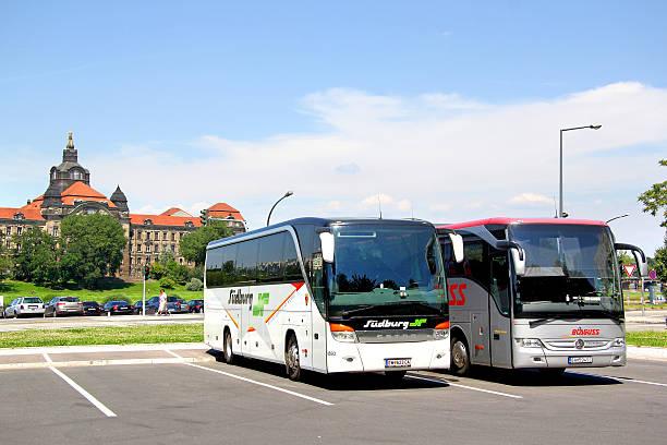 touristischen busse - berlin express stock-fotos und bilder