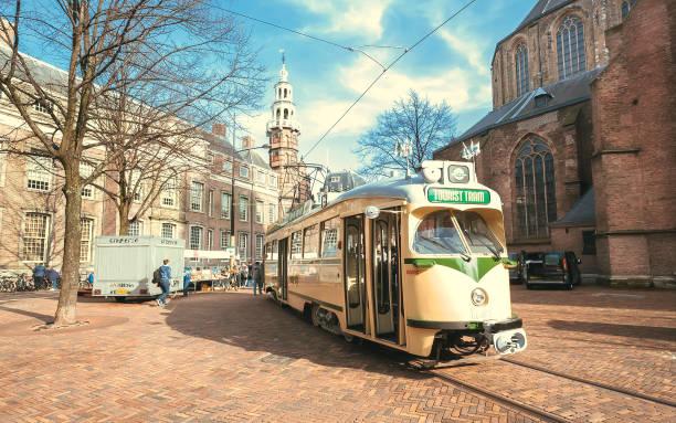 toeristische tram rijden in de straat langs oude kerk, nieuwe kerk - den haag stockfoto's en -beelden