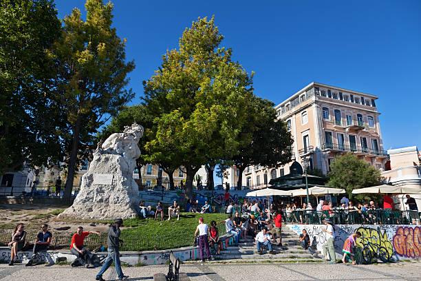 turistas e locais reunir à volta de um ponto de vista terrace, lisboa - esplanada portugal imagens e fotografias de stock
