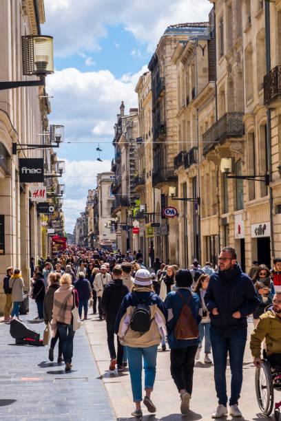 Touristes et habitants de la rue commerçante principale Rue Sainte-Catherine est une rue piétonne avec des magasins de mode à Bordeaux - Photo