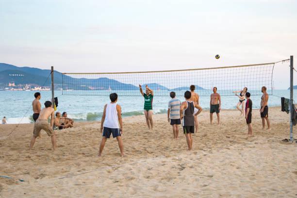 Touristen und einheimische spielen Beach-Volleyball am Ufer Meeres in Vietnam, Nha Trang 2018-01-06 – Foto