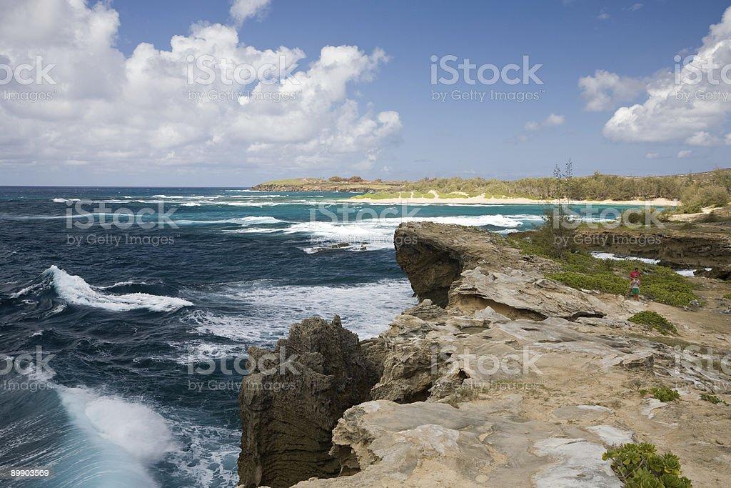 Touristen und Wellen Brennecke's Beach auf Kauai, Hawaii Lizenzfreies stock-foto