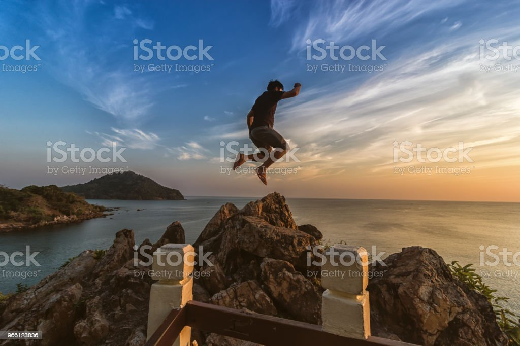 Tourists are jumping at sea view point at sunset. - Royalty-free Adulto Foto de stock