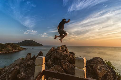 Tourists Are Jumping At Sea View Point At Sunset — стоковые фотографии и другие картинки Близость