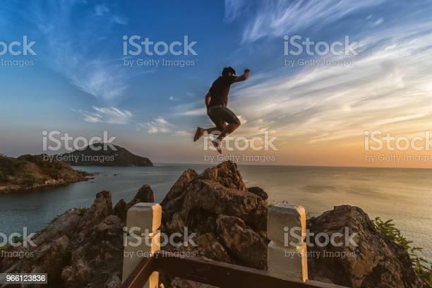 Turister Hoppning På Havet Utsiktsplats Vid Solnedgången-foton och fler bilder på Avkoppling