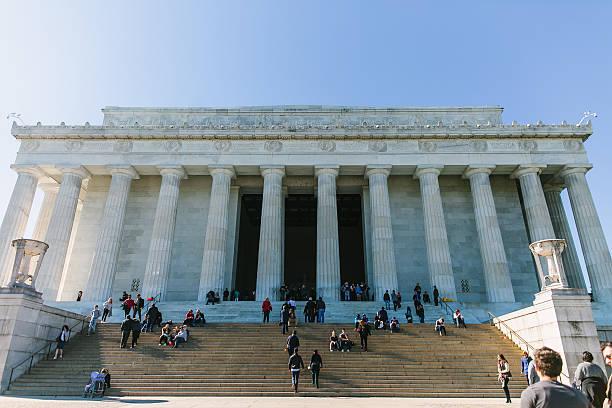 touristen besuchen das lincoln gedenkstätte, das washington, dc, entfernt. - lincoln united stock-fotos und bilder