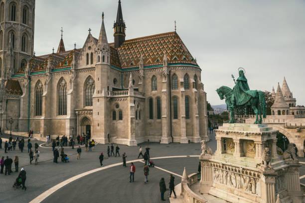 ブダ城地区を訪問しているマティアス教会、ブダペスト、周りの観光客 - マーチャーシュ教会 ストックフォトと画像