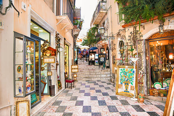 tourists art corner in the centre of taormina, sicily. - 陶爾米納 個照片及圖片檔