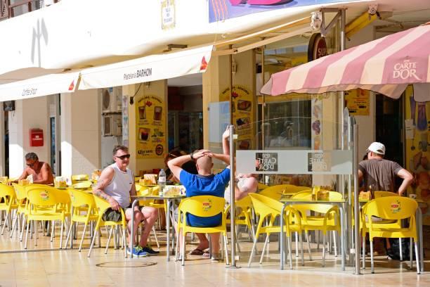 tourists at a pavement cafe, albufeira. - esplanada portugal imagens e fotografias de stock