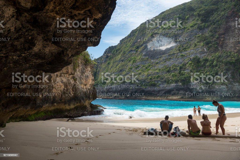 Touristen am Kelingking Strand, Nusa Penida, Bali – Foto