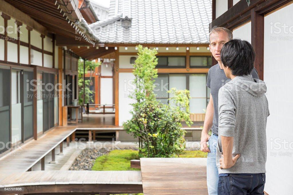 京都で観光客 百万遍ちおんじ 寺院の庭園 ストックフォト