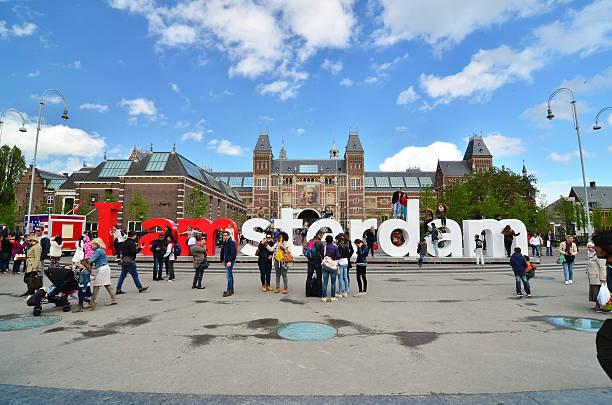 """touristen an der berühmten schild'i amsterdam"""" im rijksmuseum - größte städte der welt stock-fotos und bilder"""