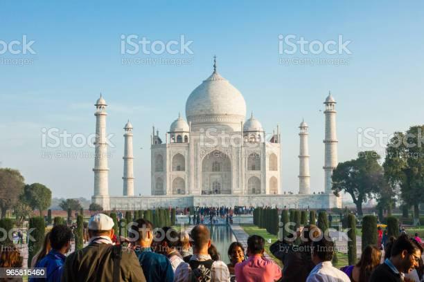 Tourists At The Taj Mahal In Agra India British Era - Fotografias de stock e mais imagens de Admirar a Vista