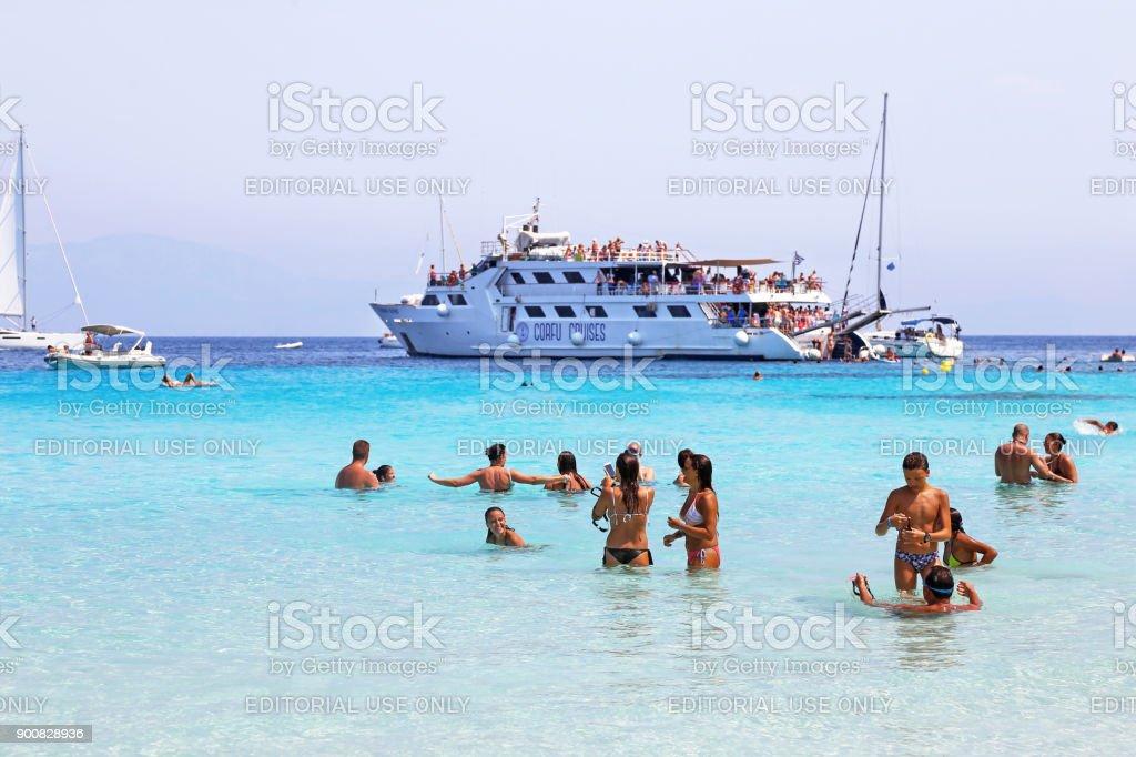 turistas em Voutoumi beach Antipaxos ilha Grécia - foto de acervo