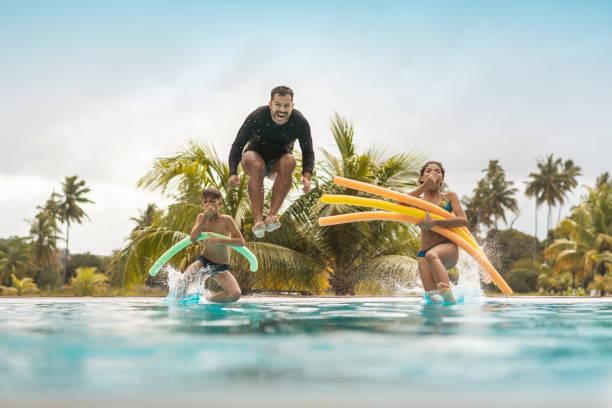 turyści kąpiący się w basenie ośrodka - kurort turystyczny zdjęcia i obrazy z banku zdjęć