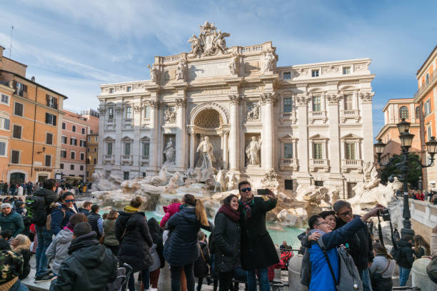 Touristen von den Trevi-Brunnen in Rom, Italien – Foto