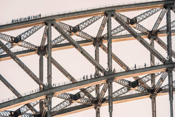 Touristen Klettern auf zwei Ebenen der Sydney Harbour Bridge – Foto