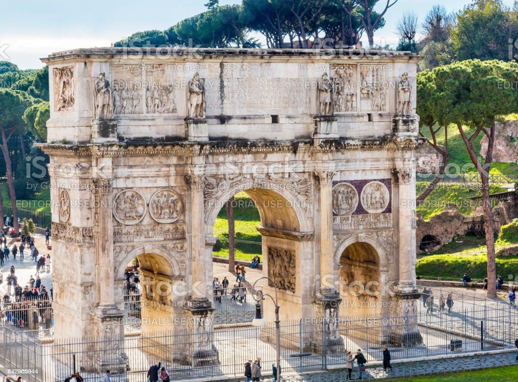 Os turistas Constantino arco Roma Itália - foto de acervo