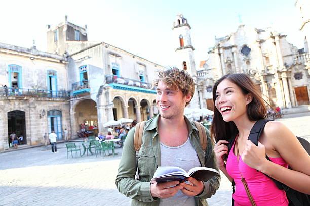 touristen paar reisen in havanna, kuba - urlaub in kuba stock-fotos und bilder
