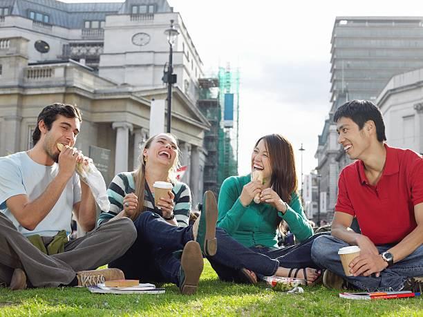 観光客食べるランチ - イギリス旅行 ストックフォトと画像
