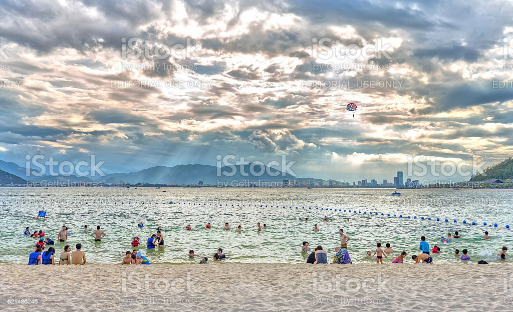 Tourists enjoy the beach late in the afternoon Lizenzfreies stock-foto