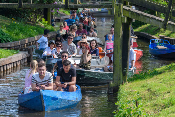 Tourists enjoying a boat tour on the canals of Giethoorn in The Netherlands - foto stock