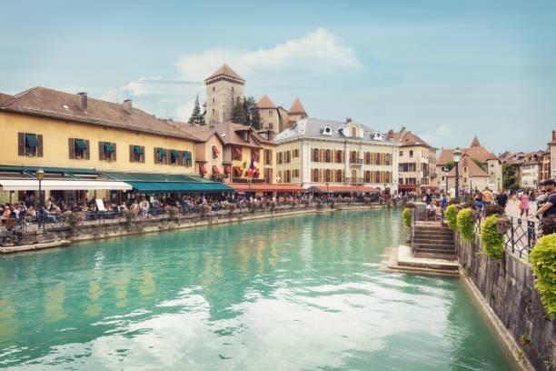 Touristen genießen Den Blick auf die Altstadt von Annecy, Frankreich – Foto