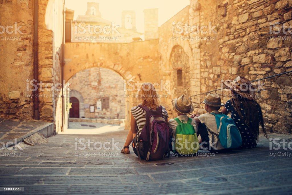 観光客の家族はイタリアの小さな町の静かな通りを楽しんで ストックフォト