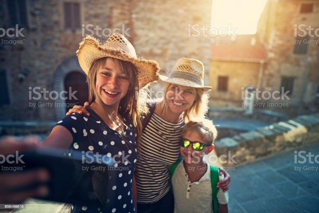 Touristen Familie Sightseeing italienische Stadt von Campiglia Marittima. – Foto
