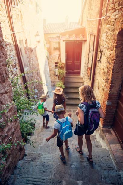 touristen-familie, die gasse der charmante italienische stadt gehen - toskana ferien stock-fotos und bilder