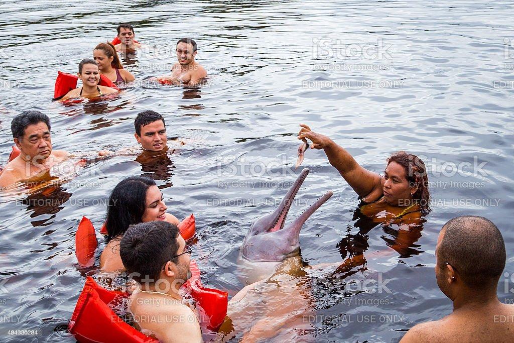 Touristen, die Fütterung der berühmten rosafarbenem Delfin in Manaus, Brasilien – Foto