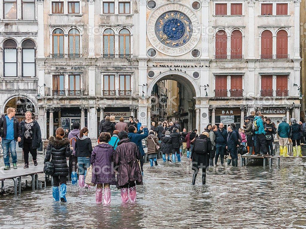 Los turistas Reúnase en ilumina St Mark's Square, Venecia. - Foto de stock de Agua libre de derechos