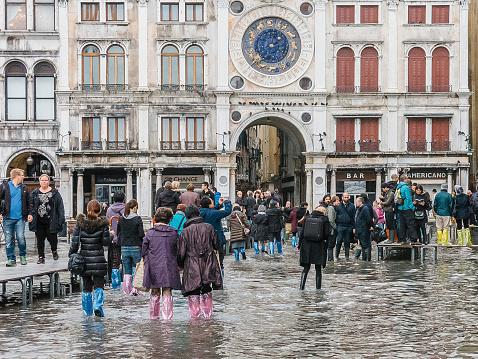 Los Turistas Reúnase En Ilumina St Marks Square Venecia Foto de stock y más banco de imágenes de Agua